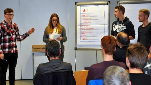 Niklas Bauer, Hanna Steinberg, Konrad Rüther und Marcel Zöls präsentieren ihre Geschäftsidee, ein App für Schüler.